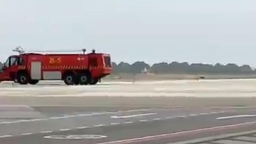 Un 'jet' privado aterriza de emergencia en Ibiza por un incendio