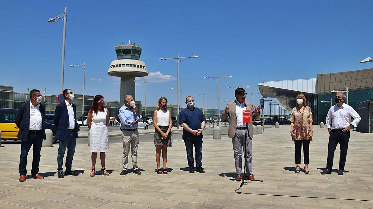 Salvador Illa i altres dirigients socialistes, durant l'acte d'ahir a l'aeroport.  | ACN