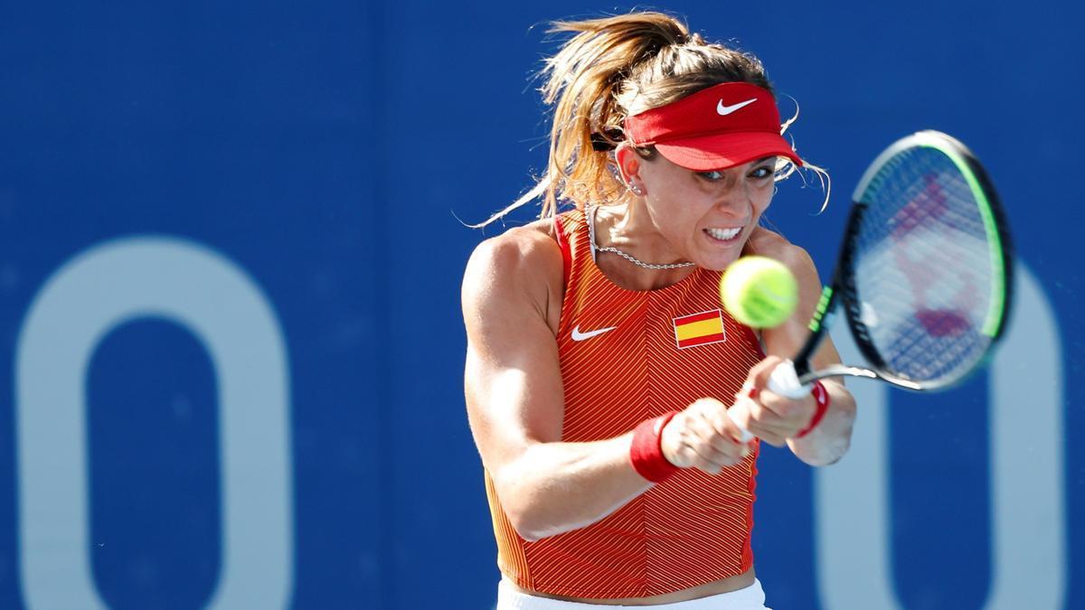 La tenista española Paula Badosa devuelve una bola en los Juegos Olímpicos de Tokio.