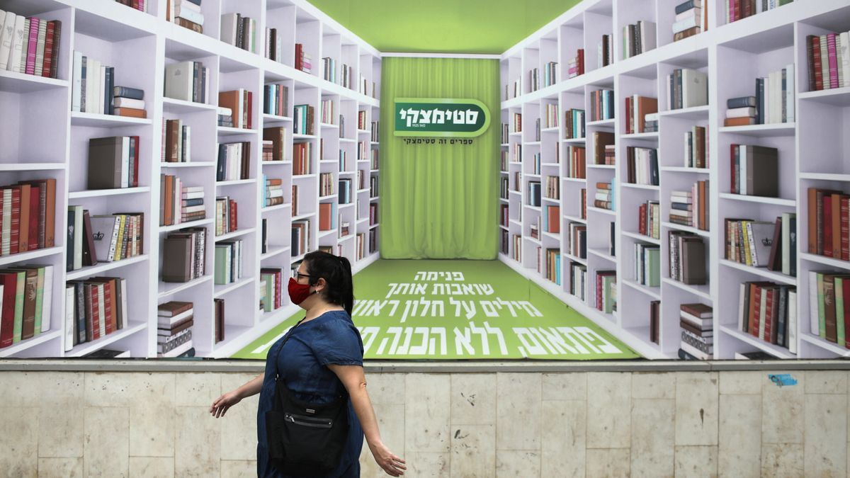 Una mujer camina por Tel Aviv.