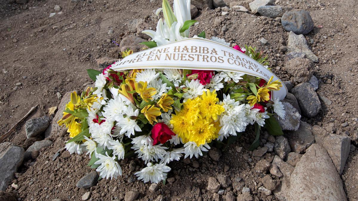Un montoncito de tierra canaria para despedir a la pequeña Eléne Habiba