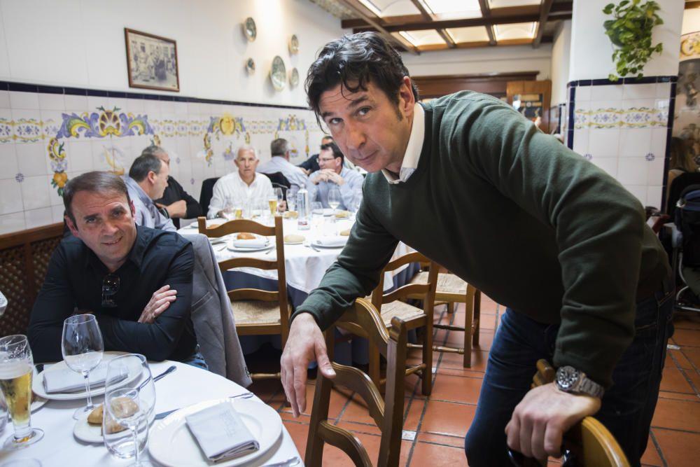 El empresario Pepe Barberá organizó ayer una comida por el Centenario del Valencia con más de 100 exjugadores y exdirectivos de distintas generaciones: Saura, Roberto Gil, los hermanos Claramunt, Forment, Tatono, Paquito, Zigic,Carboni... (en la imagen, JuanSánchez saluda a Juan Martín Queralt ante Bartual yLlorente).