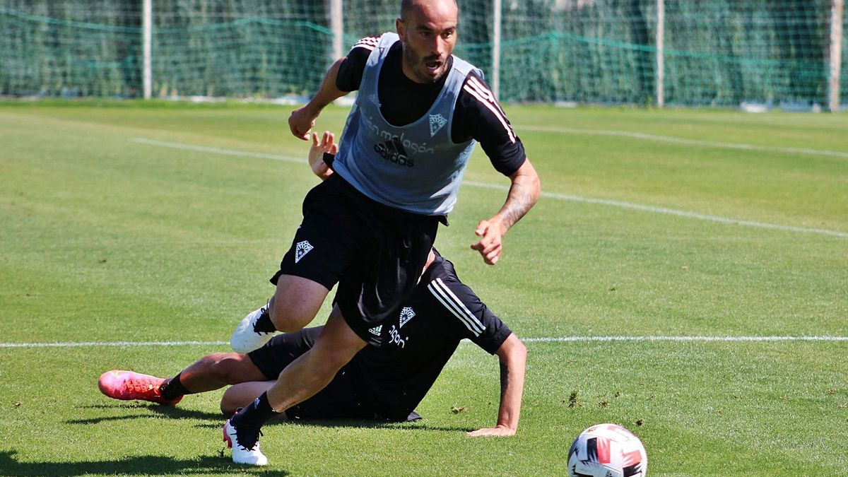 El histórico capitán del Marbella FC, Javier Añón, durante una de las sesiones preparatorias de esta semana