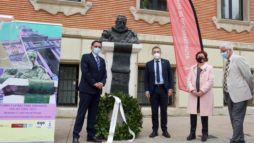 Flores y letras para Cervantes en la Universidad de Murcia