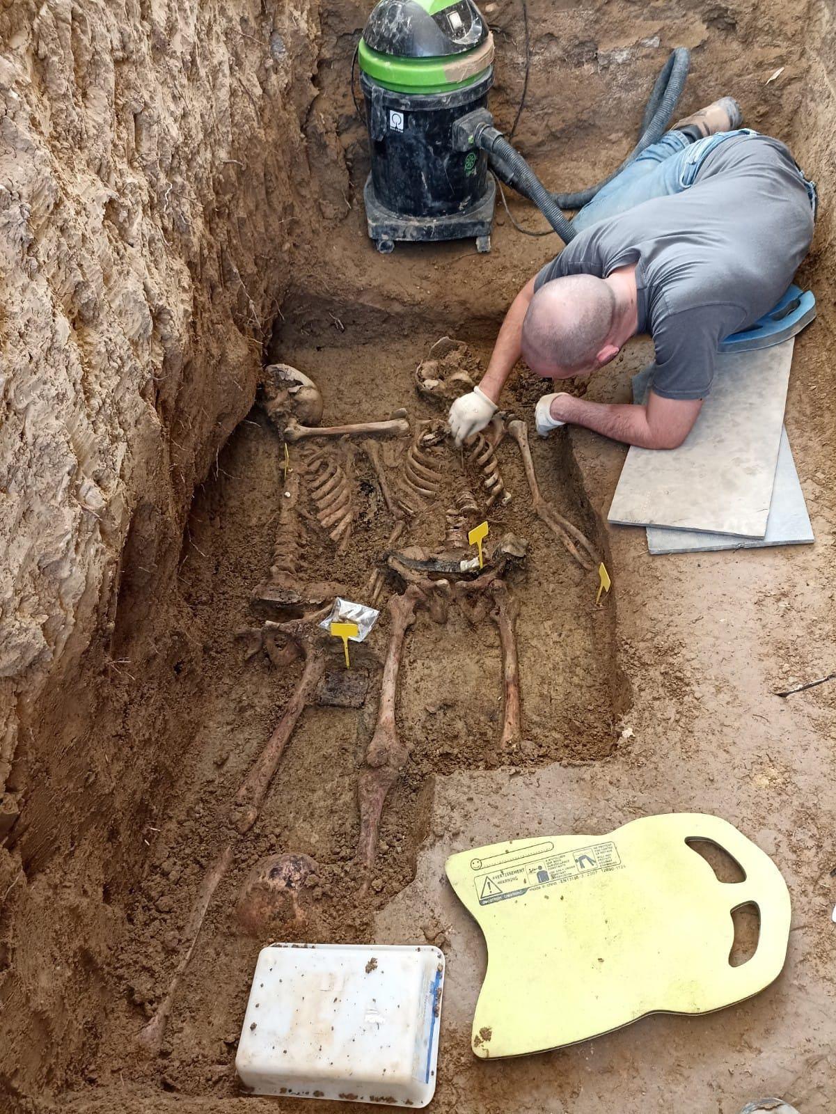 Finalizan los trabajos de exhumación en una fosa común del cementerio de Farasdués, en Zaragoza.