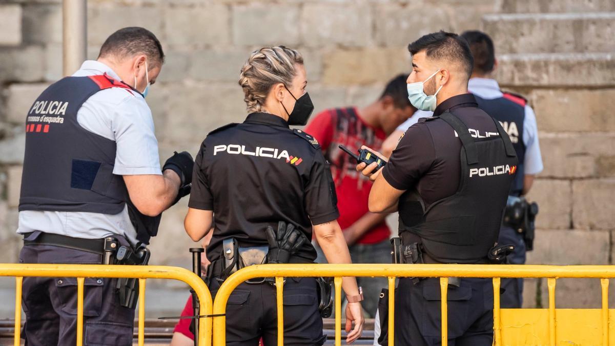 Mossos d'Esquadra i Policia Nacional durant l'operatiu conjunt