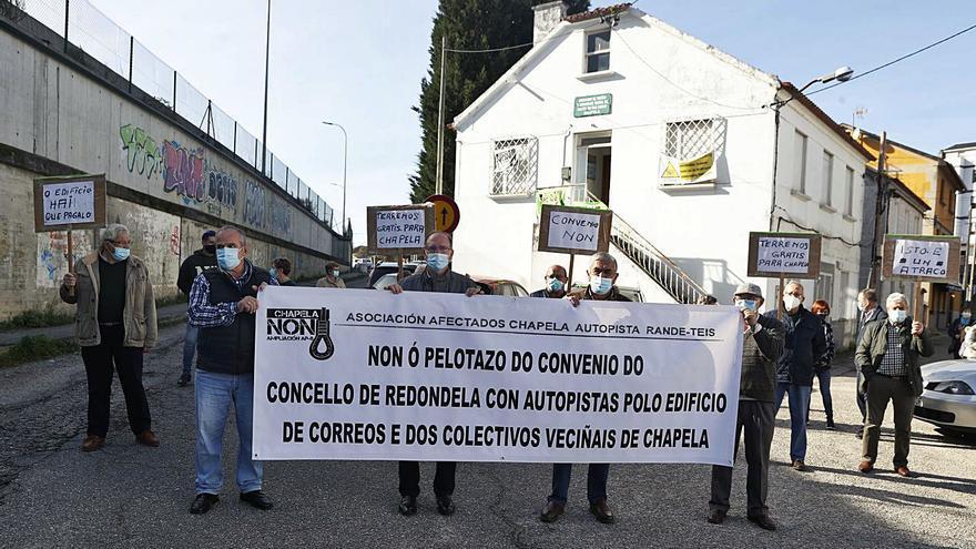 Los afectados por la AP-9 se oponen a la permuta del edificio de Correos por el solar del colegio Igrexa