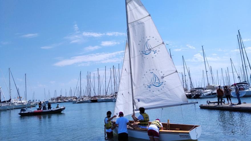 Alumnes d'un institut de Dénia construeixen un veler per a cartografiar la posidònia