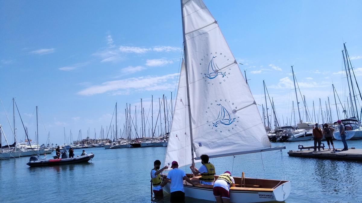 """El velero """"Penyamar"""", botado esta mañana en el Club Náutico de Dénia"""