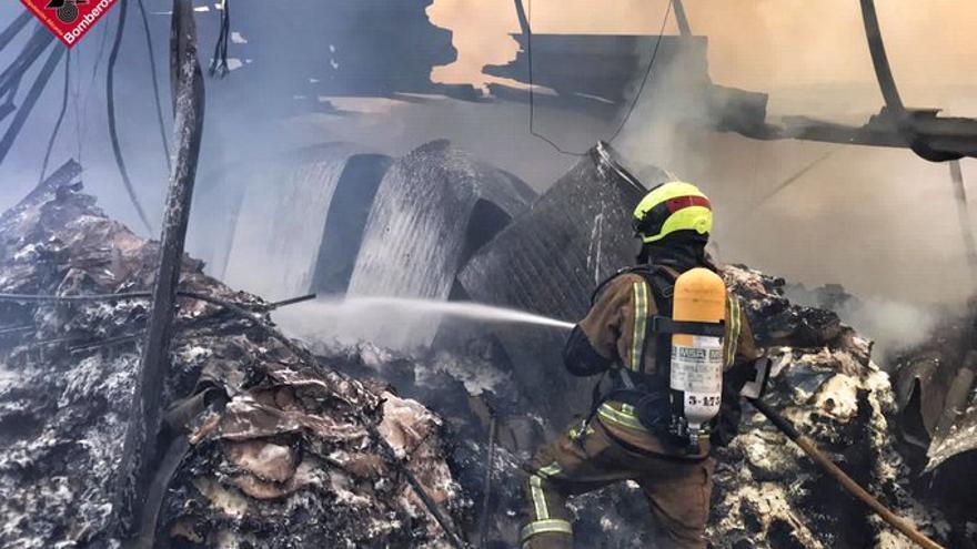 Controlado el incendio en la fábrica de la Jijonenca, en Xixona