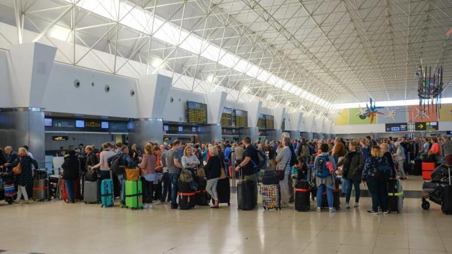 El ambiente en el Aeropuerto de Gran Canaria en el día 1 de la cuarentena por el coronavirus
