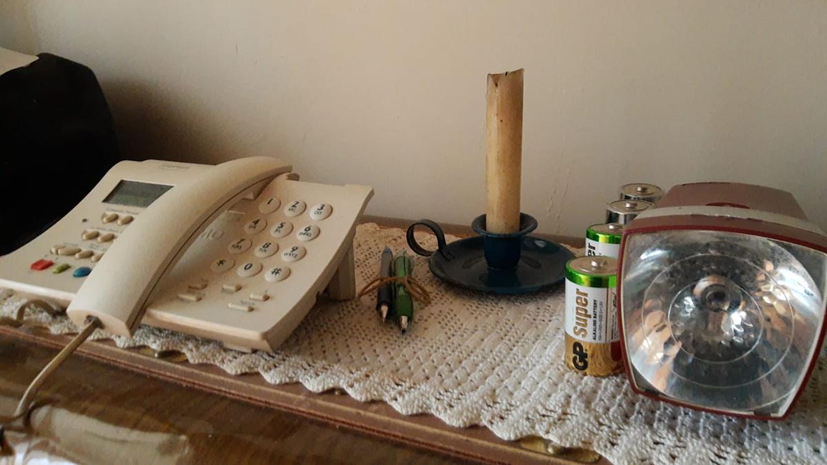 Una vivienda de Sanabria preparada con vela y linterna