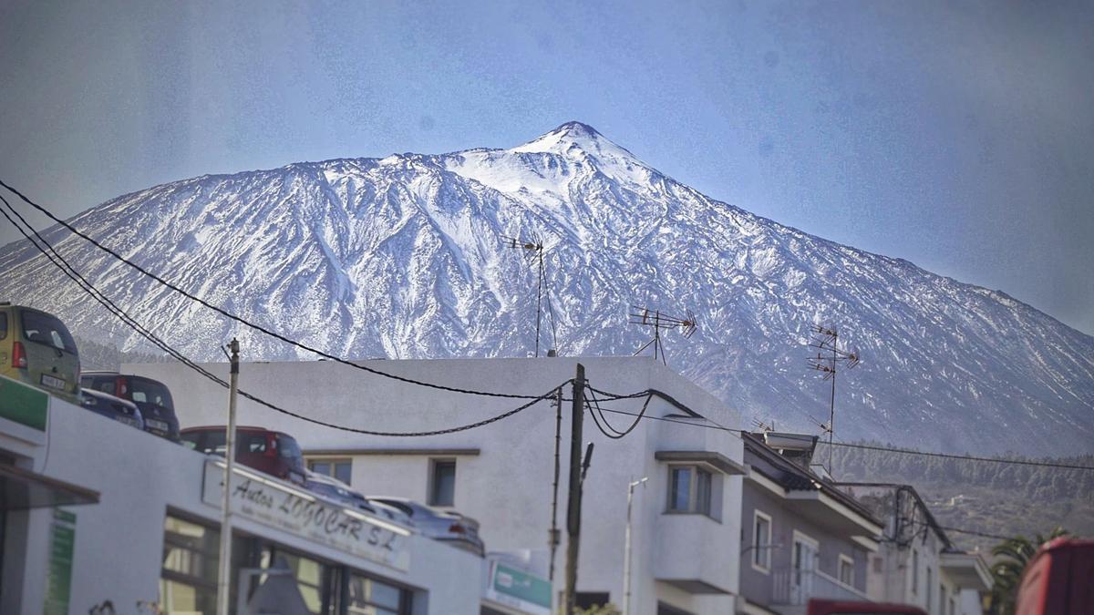 Imagen tomada ayer de la cara norte del Teide, que mantiene el manto blanco de las nevadas de la borrasca Filomena.