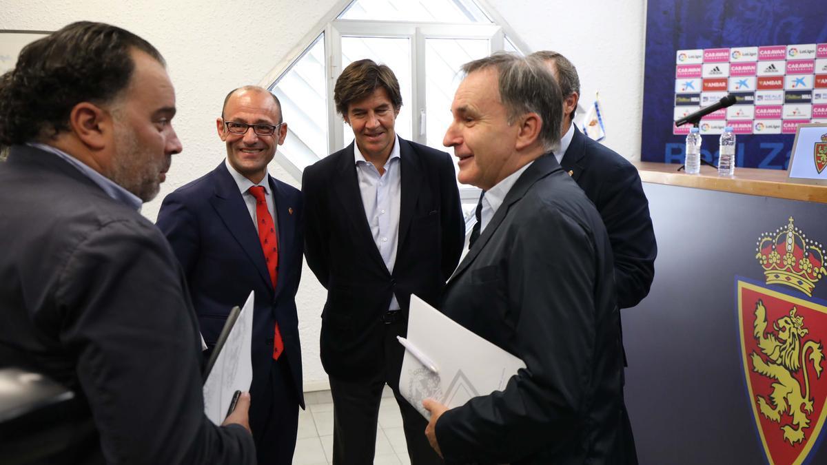 Fernando de Yarza dialoga con Carlos Iribarren en presencia de Rodrigo, Uguet y Sainz de Varanda.