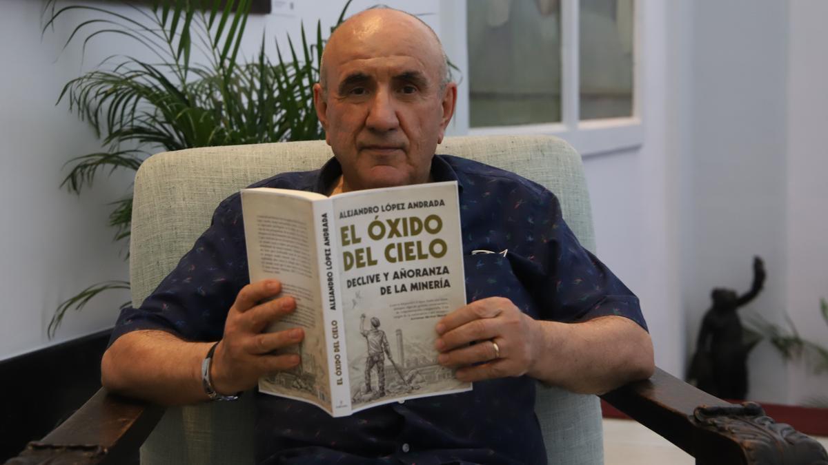 Alejandro López Andrada sostiene en sus manos 'El oxido del cielo'.