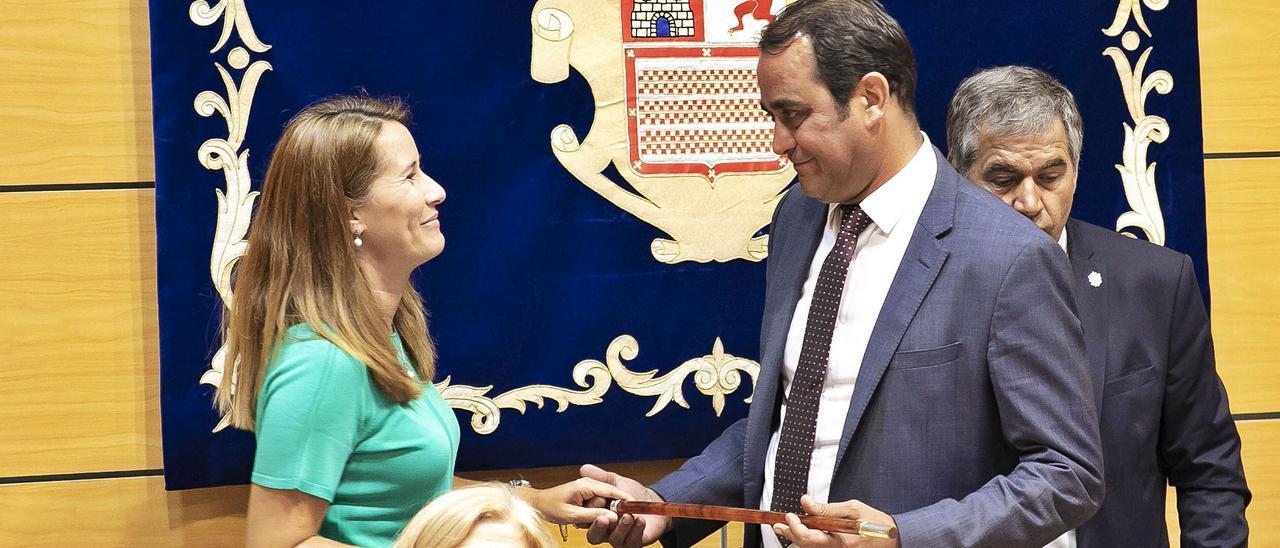 Lola García entrega el bastón de mandó a Blas Acosta tras prosperar la moción de censura contra la nacionalista, en junio de 2019. | | FUSELLI
