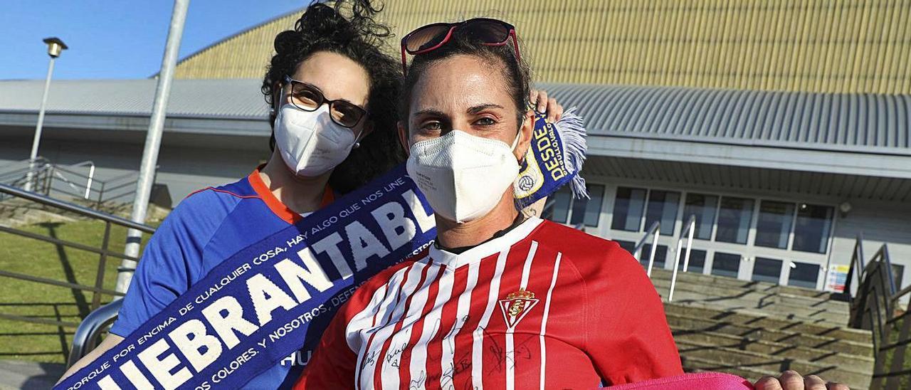 Alejandra Arias y Verónica Rodríguez, equipadas del Oviedo y del Sporting, delante de El Quirinal  