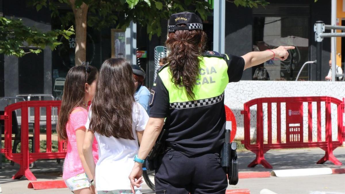 Una agente de la Policía Local de Torrent, en una actividad escolar