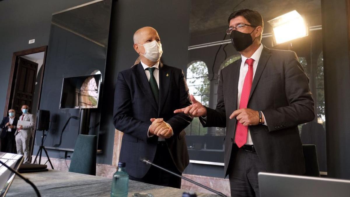 El consejero Javier Imbroda, con el vicepresidente Juan Marín, en la reunión del Consejo de Gobierno.