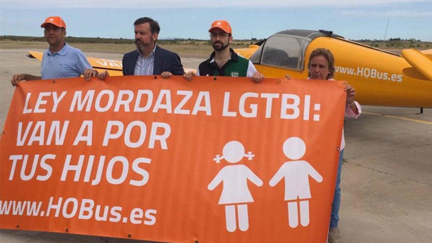 Una avioneta de Hazte Oír sobrevolará las costas bajo el lema 'Van a por tus hijos'