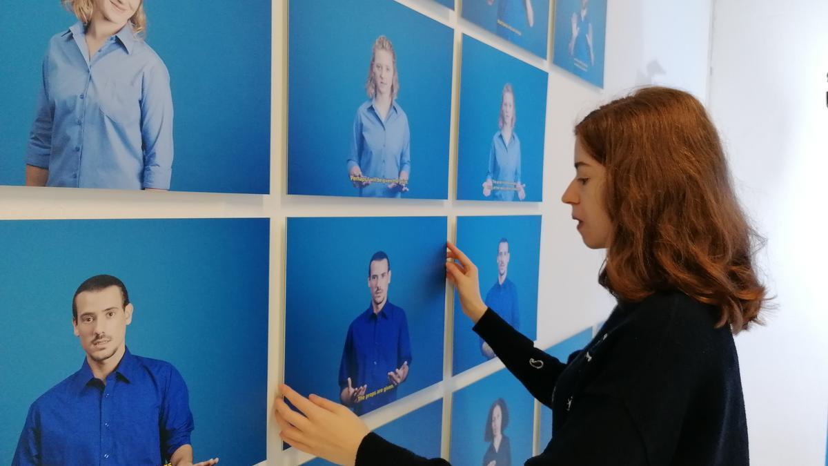 Marta Pujades montando su exposición 'Ways of gesturing' en el Centro Párraga.