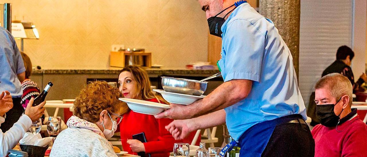 Camareros sirviendo este jueves en el comedor del hotel Cimbel de Benidorm.