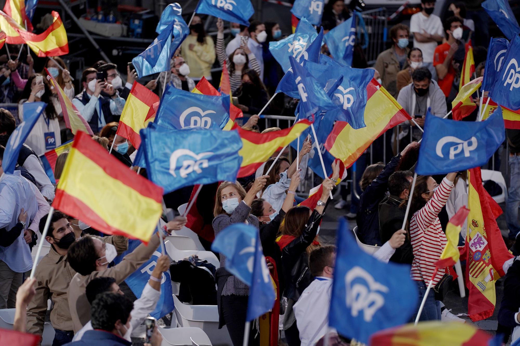 Ambiente festivo en torno a la sede del PP en Madrid en la noche electoral del 4-M.