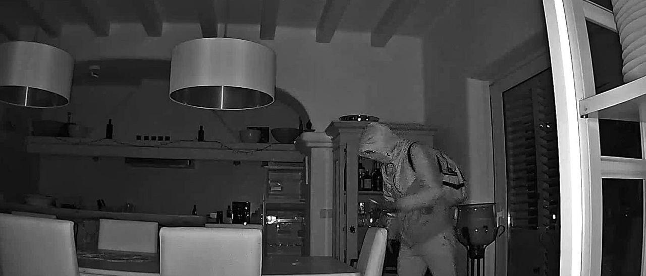 Uno de los ladrones es captado por una cámara de seguridad de la vivienda de Cala Llonga.   CÁMARAS DE SEGURIDAD
