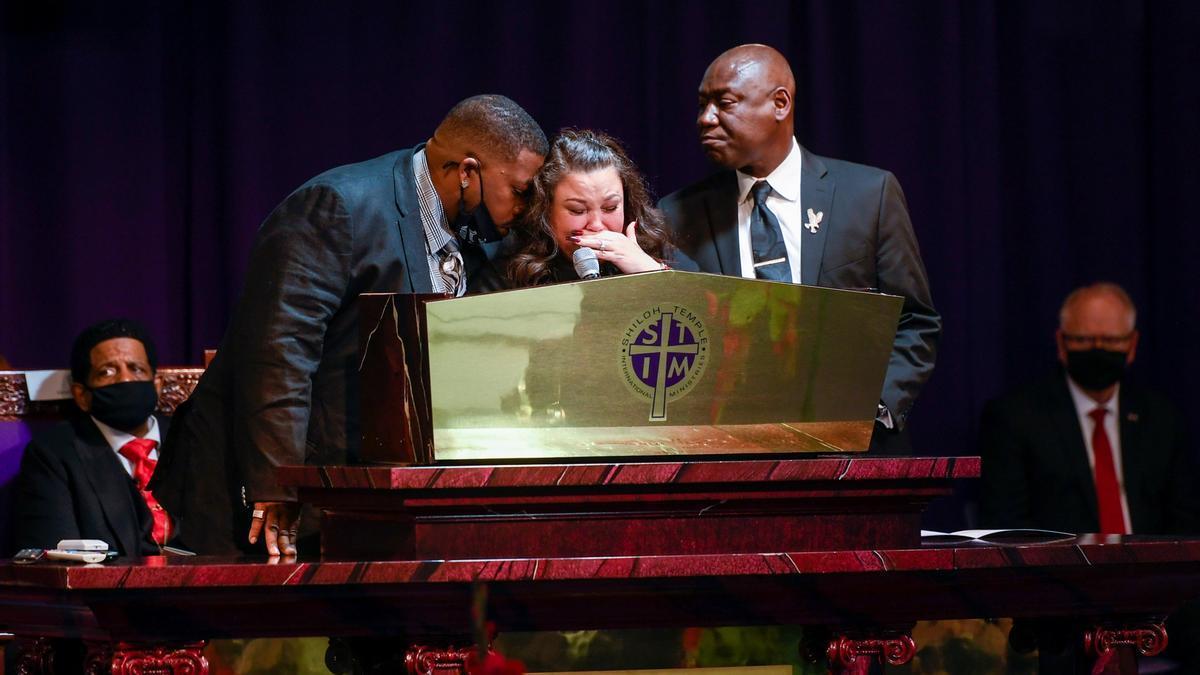 Un instante del funeral de Wright.