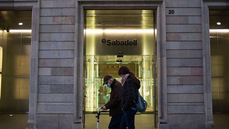 La unión de BBVA y Sabadell obligará al cierre de hasta 1.500 sucursales