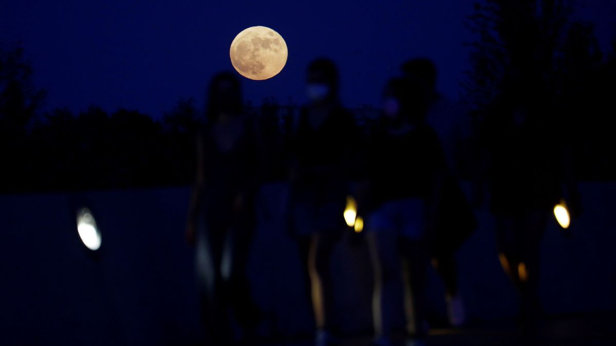 La superluna de fresa, la última del año, sobre Córdoba.