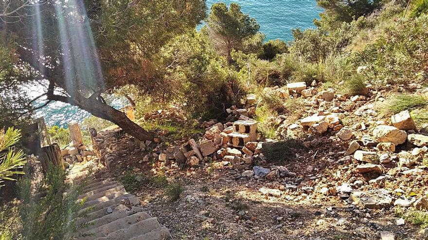 Denuncian los vertidos que tapan una senda en Xàbia