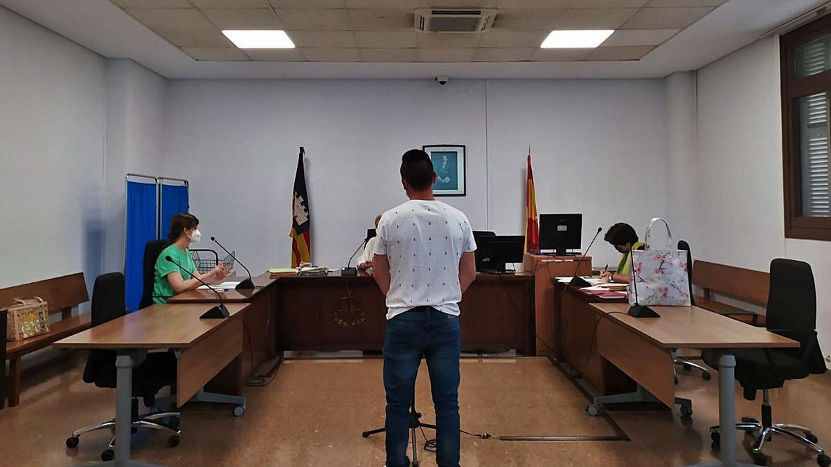 El joven condenado, ayer durante el juicio celebrado en un juzgado de lo penal de Palma.