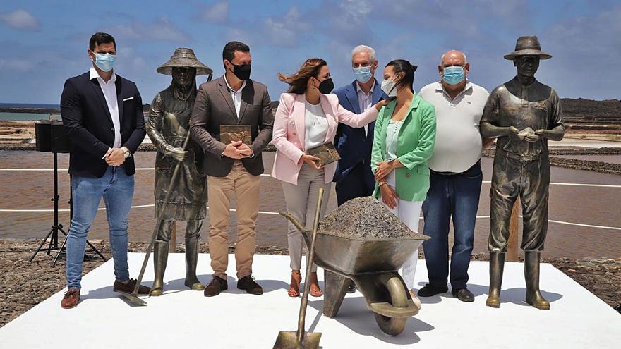 Un conjunto escultórico rinde tributo a los salineros en las Salinas de Janubio