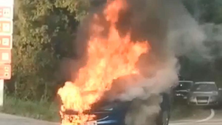 Un coche en llamas en Catoira