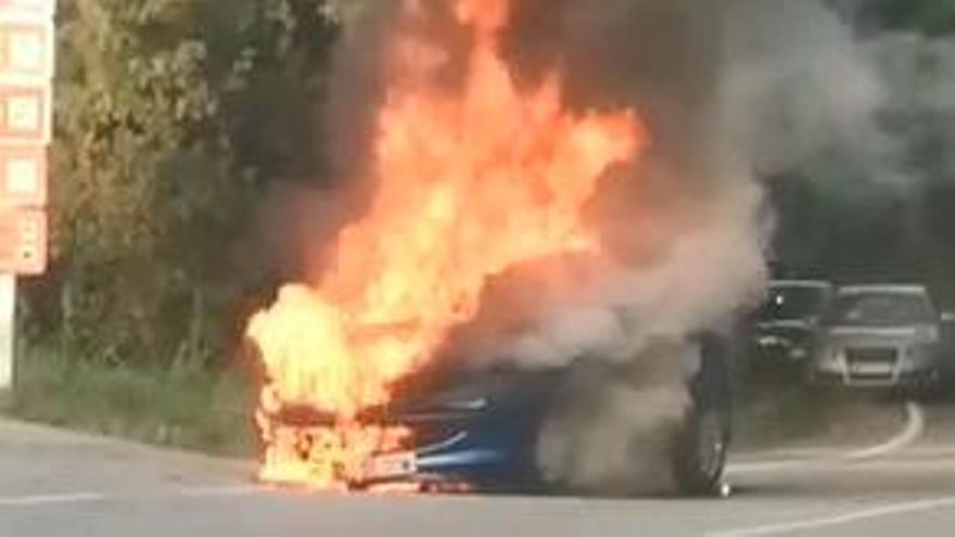 Así ardió en llamas un coche en Catoira