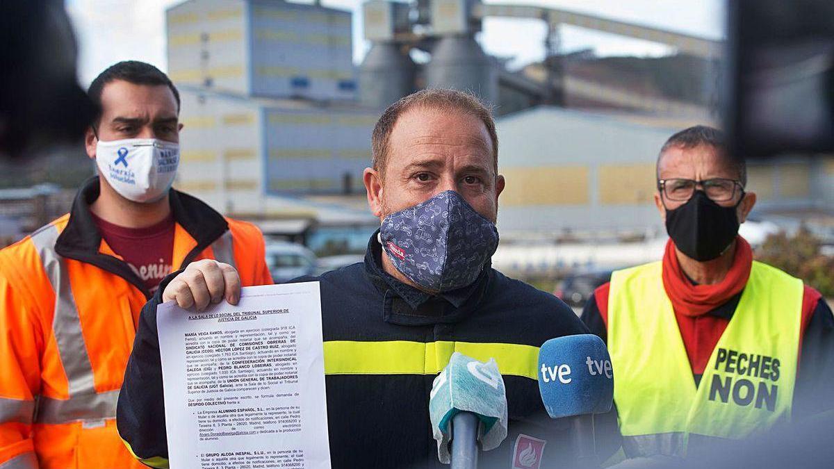 El presidente del comité de empresa de Alcoa, ayer en una rueda de prensa en Lugo.