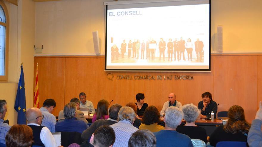Lluís Llach presenta el Fòrum cívic i social pel debat constituent al consell d'alcaldes de l'Alt Empordà