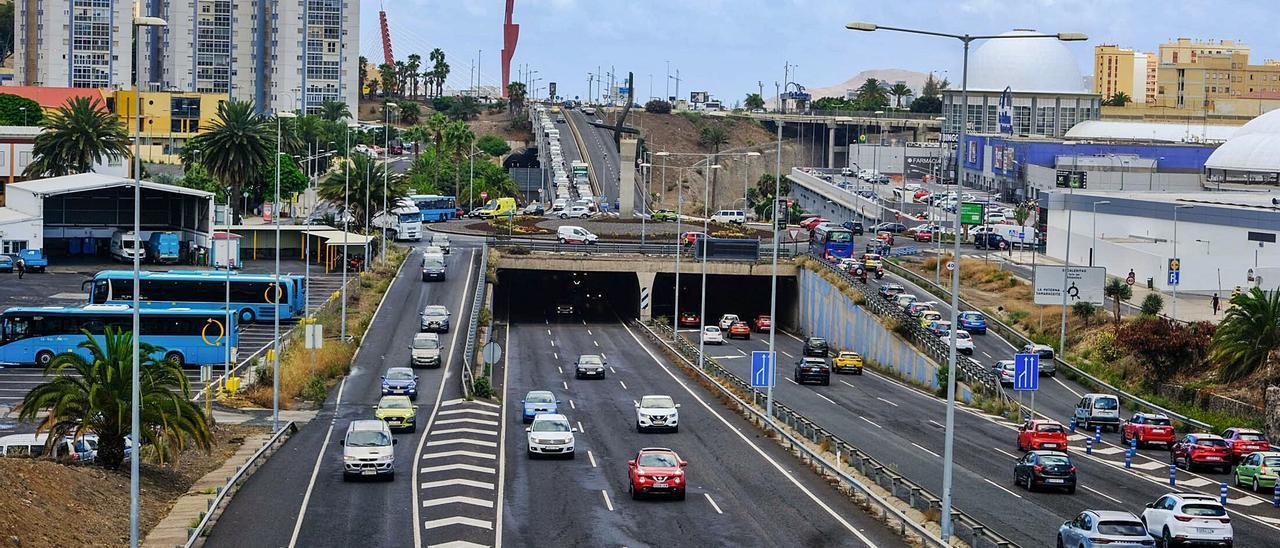 Vista general de la GC-23 a su paso por el centro comercial La Ballena, una de las principales vías de entrada y salida al distrito Ciudad Alta. | | JOSÉ CARLOS GUERRA