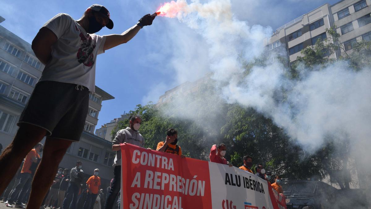 Concentración de trabajadores de Alu Ibérica en A Coruña ante el incumplimiento de los acuerdos de venta por parte de Alcoa.