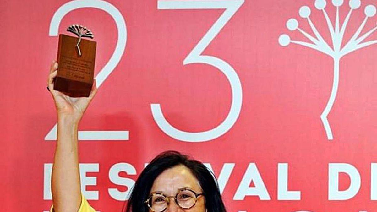 La ferrolana Chelo Loureiro con el premio.