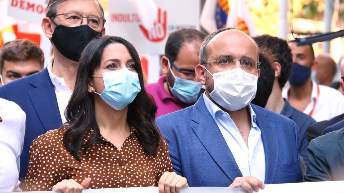 La presidenta de Cs, Inés Arrimadas, amb el líder del PPC, Alejandro Fernández, durant la concentració contra els indults davant la delegació del govern espanyol, l'11 de juny de 2021 (Horitzontal)