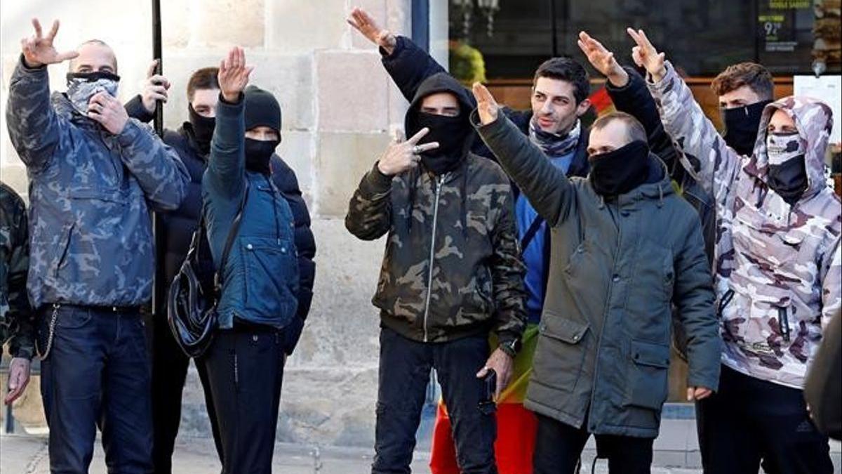 Asistentes a un acto de Vox en Barcelona realizan saludos fascistas.