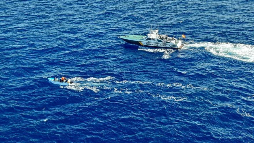 Localizan una patera con once personas a bordo en Cabrera