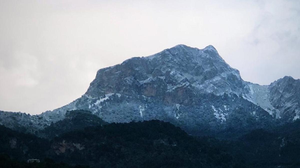 Una fina capa de nieve en el Puig Major este 25 de diciembre.