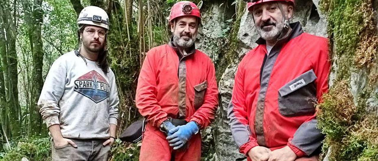 El director con los espeleólogos Xesús Manteca y Alberto Medina.