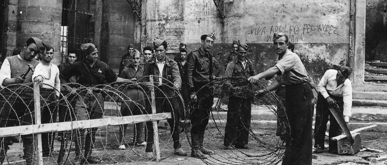 Un grupo de soldados levanta una barricada ante el colegio de los Dominicos, en los primeros compases de la Guerra Civil.