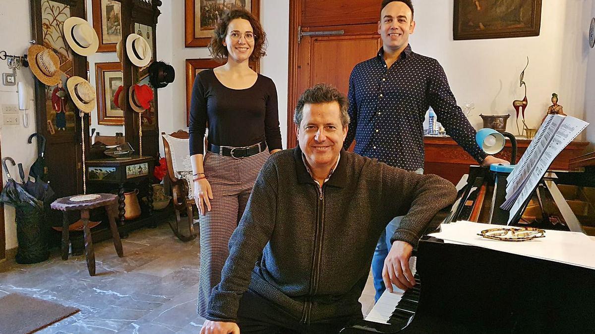 Andreu Riera, al piano, junto a la soprano Marta Bauzà y el tenor Antoni Lliteres.