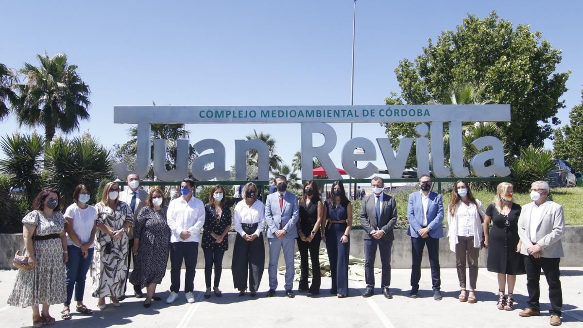 Autoridades y familia posan debajo del nombre Juan Revilla, que ya tiene el Complejo Medioambiental de Córdoba.