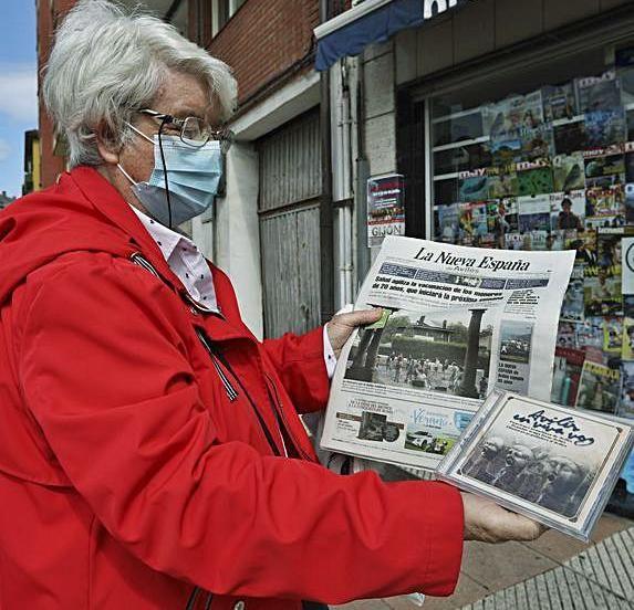 Ana María  González con el periódico y el disco. | R. S.